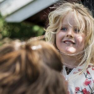 Glatt barn som är med på skattjakt. Foto.