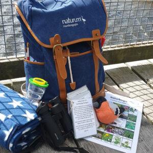 Äventyrsväskorna är fyllda med utrustning och roliga uppgifter som ni kan göra när ni är ute. Foto.